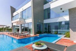Бассейн. Кипр, Аммос - Лимнария Бич : Шикарная вилла с видом на Средиземное море, с 3-мя спальнями, бассейном с джакузи, солнечной террасой на крыше, расположена в 150м от набережной и в 450м от пляжа Limnara Beach