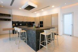 Кухня. Кипр, Аммос - Лимнария Бич : Шикарная вилла с видом на Средиземное море, с 3-мя спальнями, бассейном с джакузи, солнечной террасой на крыше, расположена в 150м от набережной и в 450м от пляжа Limnara Beach