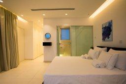 Спальня. Кипр, Аммос - Лимнария Бич : Шикарная вилла с видом на Средиземное море, с 3-мя спальнями, бассейном с джакузи, солнечной террасой на крыше, расположена в 150м от набережной и в 450м от пляжа Limnara Beach