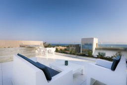 Терраса. Кипр, Аммос - Лимнария Бич : Шикарная вилла с видом на Средиземное море, с 4-мя спальнями, бассейном с джакузи, солнечной террасой на крыше, спортзалом, расположена в 150м от набережной и в 450м от пляжа Limnara Beach