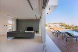 Гостиная. Кипр, Аммос - Лимнария Бич : Шикарная вилла с видом на Средиземное море, с 4-мя спальнями, бассейном с джакузи, солнечной террасой на крыше, спортзалом, расположена в 150м от набережной и в 450м от пляжа Limnara Beach