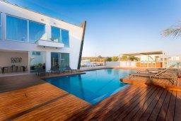 Бассейн. Кипр, Аммос - Лимнария Бич : Шикарная вилла с видом на Средиземное море, с 4-мя спальнями, бассейном с джакузи, солнечной террасой на крыше, спортзалом, расположена в 150м от набережной и в 450м от пляжа Limnara Beach