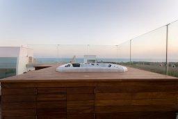 Развлечения и отдых на вилле. Кипр, Аммос - Лимнария Бич : Шикарная вилла с видом на Средиземное море, с 4-мя спальнями, бассейном с джакузи, солнечной террасой на крыше, спортзалом, расположена в 150м от набережной и в 450м от пляжа Limnara Beach