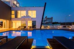 Вид на виллу/дом снаружи. Кипр, Аммос - Лимнария Бич : Шикарная вилла с видом на Средиземное море, с 4-мя спальнями, бассейном с джакузи, солнечной террасой на крыше, спортзалом, расположена в 150м от набережной и в 450м от пляжа Limnara Beach