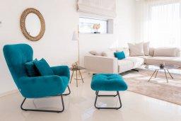 Гостиная. Кипр, Аммос - Лимнария Бич : Шикарная современная вилла с панорамным видом на море, с 4-мя спальнями, с большим бассейном с джакузи, расположена рядом с пляжем Ammos tou Kambouri beach