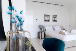 Спальня. Кипр, Аммос - Лимнария Бич : Шикарная современная вилла с панорамным видом на море, с 4-мя спальнями, с большим бассейном с джакузи, расположена рядом с пляжем Ammos tou Kambouri beach