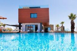 Вид на виллу/дом снаружи. Кипр, Аммос - Лимнария Бич : Эксклюзивная вилла с видом на Средиземное море, с 3-мя спальнями, пейзажным бассейном с джакузи, террасой на крыше, расположена в 200м от небольшой уединенной песчаной бухты