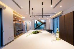 Кухня. Кипр, Аммос - Лимнария Бич : Эксклюзивная вилла с видом на Средиземное море, с 3-мя спальнями, пейзажным бассейном с джакузи, террасой на крыше, расположена в 200м от небольшой уединенной песчаной бухты