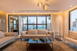Гостиная. Кипр, Аммос - Лимнария Бич : Эксклюзивная вилла с видом на Средиземное море, с 3-мя спальнями, пейзажным бассейном с джакузи, террасой на крыше, расположена в 200м от небольшой уединенной песчаной бухты