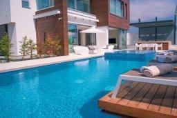 Бассейн. Кипр, Аммос - Лимнария Бич : Шикарная вилла с панорамным видом на Средиземное море, с 3-мя спальнями, пейзажным бассейном с джакузи, террасой на крыше, расположена в 180м от моря