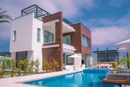 Вид на виллу/дом снаружи. Кипр, Аммос - Лимнария Бич : Шикарная вилла с панорамным видом на Средиземное море, с 3-мя спальнями, пейзажным бассейном с джакузи, террасой на крыше, расположена в 180м от моря