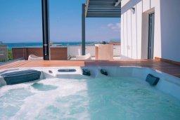 Развлечения и отдых на вилле. Кипр, Аммос - Лимнария Бич : Шикарная вилла с панорамным видом на Средиземное море, с 3-мя спальнями, пейзажным бассейном с джакузи, террасой на крыше, расположена в 180м от моря