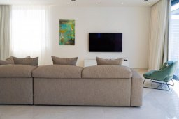 Гостиная. Кипр, Аммос - Лимнария Бич : Шикарная вилла с панорамным видом на Средиземное море, с 3-мя спальнями, пейзажным бассейном с джакузи, террасой на крыше, расположена в 180м от моря