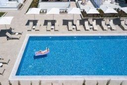 Бассейн. Кипр, Центр Айя Напы : Потрясающий апартамент с отдельной спальней, расположен в современном комплексе с бассейном в центре Ayia Napa