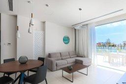 Гостиная. Кипр, Центр Айя Напы : Потрясающий апартамент с отдельной спальней, расположен в современном комплексе с бассейном в центре Ayia Napa