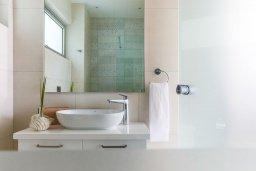 Ванная комната. Кипр, Центр Айя Напы : Потрясающий апартамент с отдельной спальней, расположен в современном комплексе с бассейном в центре Ayia Napa