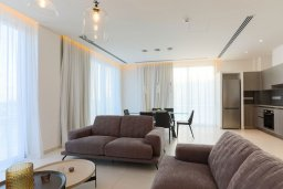 Гостиная. Кипр, Центр Айя Напы : Шикарный пентхаус с 3-мя спальнями, с балконом, расположен в современном комплексе с бассейном в центре Ayia Napa