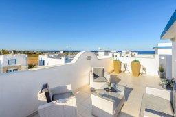 Терраса. Кипр, Каппарис : Потрясающая вилла с видом на Средиземное море, с 3-мя спальнями, с бассейном, террасой на крыше, расположена недалеко от пляжа Firemans Beach