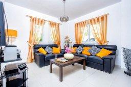 Гостиная. Кипр, Каппарис : Потрясающая вилла с видом на Средиземное море, с 3-мя спальнями, с бассейном, террасой на крыше, расположена недалеко от пляжа Firemans Beach