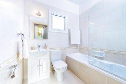Ванная комната 2. Кипр, Каппарис : Потрясающая вилла с видом на Средиземное море, с 3-мя спальнями, с бассейном, террасой на крыше, расположена недалеко от пляжа Firemans Beach
