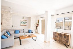 Гостиная. Кипр, Центр Айя Напы : Очаровательная вилла с 2-мя спальнями, приватным двориком с патио и барбекю, расположена в 500м от песчаного пляжа Nissi Beach