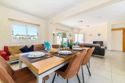 Обеденная зона. Кипр, Коннос Бэй : Прекрасная вилла с видом на Средиземное море, с 3-мя спальнями, с бассейном, расположена недалеко от пляжа Mimosa Beach