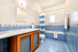 Ванная комната. Кипр, Коннос Бэй : Прекрасная вилла с видом на Средиземное море, с 3-мя спальнями, с бассейном, расположена недалеко от пляжа Mimosa Beach