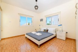 Спальня. Кипр, Коннос Бэй : Прекрасная вилла с видом на Средиземное море, с 3-мя спальнями, с бассейном, расположена недалеко от пляжа Mimosa Beach