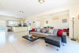 Гостиная. Кипр, Коннос Бэй : Прекрасная вилла с видом на Средиземное море, с 3-мя спальнями, с бассейном, расположена недалеко от пляжа Mimosa Beach