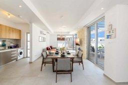 Обеденная зона. Кипр, Каво Марис Протарас : Потрясающая современная вилла с террасой на крыше с видом на Средиземное море, с 3-мя спальнями, с бассейном, тенистой верандой с патио и барбекю, расположена в популярном районе Green Bay