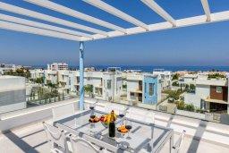 Вид на море. Кипр, Каво Марис Протарас : Потрясающая современная вилла с террасой на крыше с видом на Средиземное море, с 3-мя спальнями, с бассейном, тенистой верандой с патио и барбекю, расположена в популярном районе Green Bay