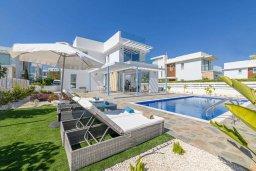 Вид на виллу/дом снаружи. Кипр, Каво Марис Протарас : Шикарная современная вилла с террасой на крыше с видом на Средиземное море, с 3-мя спальнями, с бассейном, тенистой верандой с патио и барбекю, расположена в популярном районе Green Bay