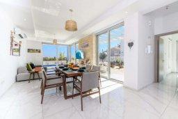 Гостиная. Кипр, Каво Марис Протарас : Шикарная современная вилла с террасой на крыше с видом на Средиземное море, с 3-мя спальнями, с бассейном, тенистой верандой с патио и барбекю, расположена в популярном районе Green Bay