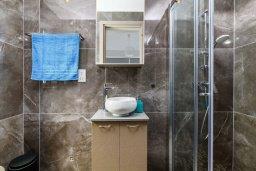 Ванная комната 2. Кипр, Каво Марис Протарас : Шикарная современная вилла с террасой на крыше с видом на Средиземное море, с 3-мя спальнями, с бассейном, тенистой верандой с патио и барбекю, расположена в популярном районе Green Bay