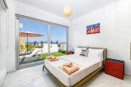 Спальня. Кипр, Каво Марис Протарас : Великолепная современная вилла с видом на Средиземное море, с 3-мя спальнями, с бассейном, тенистой террасой с патио и барбекю, расположена в популярном районе Green Bay