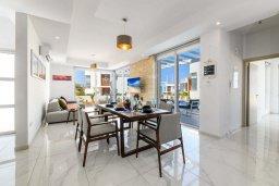 Гостиная. Кипр, Каво Марис Протарас : Великолепная современная вилла с видом на Средиземное море, с 3-мя спальнями, с бассейном, тенистой террасой с патио и барбекю, расположена в популярном районе Green Bay