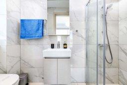 Ванная комната 2. Кипр, Каво Марис Протарас : Великолепная современная вилла с видом на Средиземное море, с 3-мя спальнями, с бассейном, тенистой террасой с патио и барбекю, расположена в популярном районе Green Bay