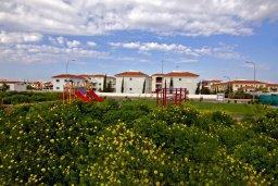 Детская площадка. Кипр, Каппарис : Очаровательный апартамент с 2-мя спальнями, расположен в комплексе с бассейном, теннисным кортом и спортивной площадкой