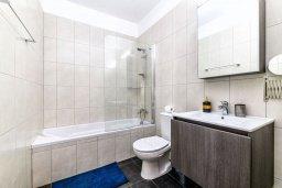 Ванная комната. Кипр, Каппарис : Очаровательный апартамент с 2-мя спальнями, расположен в комплексе с бассейном, теннисным кортом и спортивной площадкой