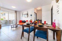 Гостиная. Кипр, Каппарис : Очаровательный апартамент с 2-мя спальнями, расположен в комплексе с бассейном, теннисным кортом и спортивной площадкой