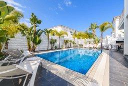 Бассейн. Кипр, Пернера : Потрясающая вилла с 3-мя спальнями, с бассейном, тенистой террасой с патио и каменным барбекю, расположена около пляжа Pernera Beach