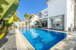 Вид на виллу/дом снаружи. Кипр, Пернера : Потрясающая вилла с 3-мя спальнями, с бассейном, тенистой террасой с патио и каменным барбекю, расположена около пляжа Pernera Beach