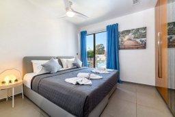 Спальня. Кипр, Нисси Бич : Великолепная вилла в окружении зелёного сада, с 3-мя спальнями, с бассейном, тенистой террасой с патио и барбекю, расположена около пляжей Callisto beach и Pernera beach