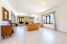 Гостиная. Кипр, Центр Айя Напы : Чудесная вилла с видом на Средиземное море, с 4-мя спальнями, с бассейном, солнечной террасой с патио и барбекю, расположена на холмах Ayia Napa