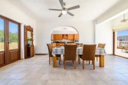 Обеденная зона. Кипр, Центр Айя Напы : Чудесная вилла с видом на Средиземное море, с 4-мя спальнями, с бассейном, солнечной террасой с патио и барбекю, расположена на холмах Ayia Napa