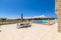 Терраса. Кипр, Центр Айя Напы : Чудесная вилла с видом на Средиземное море, с 4-мя спальнями, с бассейном, солнечной террасой с патио и барбекю, расположена на холмах Ayia Napa