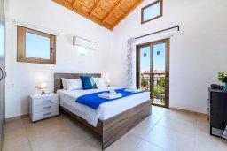 Спальня. Кипр, Ионион - Айя Текла : Прекрасная вилла с видом на Средиземное море, с 3-мя спальнями, с бассейном, тенистой террасой с патио, lounge-зоной и барбекю, расположена около красивой гавани Potamos