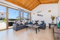 Гостиная. Кипр, Ионион - Айя Текла : Прекрасная вилла с видом на Средиземное море, с 3-мя спальнями, с бассейном, тенистой террасой с патио, lounge-зоной и барбекю, расположена около красивой гавани Potamos