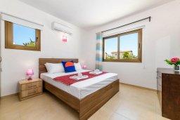 Спальня 2. Кипр, Ионион - Айя Текла : Прекрасная вилла с видом на Средиземное море, с 3-мя спальнями, с бассейном, тенистой террасой с патио, lounge-зоной и барбекю, расположена около красивой гавани Potamos