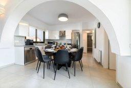 Обеденная зона. Кипр, Ионион - Айя Текла : Шикарная вилла с 4-мя спальнями, просторным меблированным балконом с потрясающим видом на окрестности, с бассейном, тенистой террасой с патио, каменным барбекю, расположена около красивой гавани Potamos